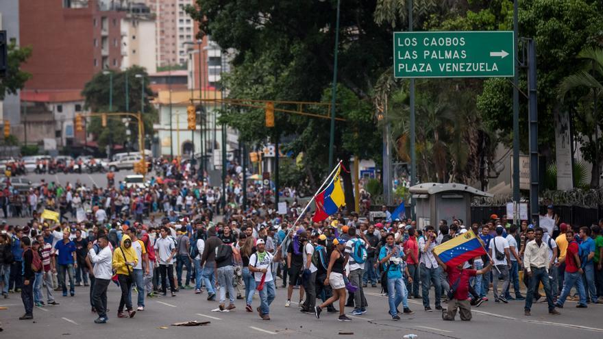 Los manifestantes ocuparon este miércoles una carretera durante una protesta en Caracas