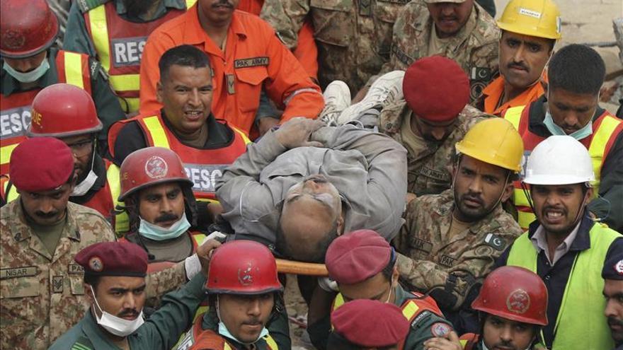 Pakistán busca a 50 desaparecidos de un derrumbe que ha causado ya 20 muertos