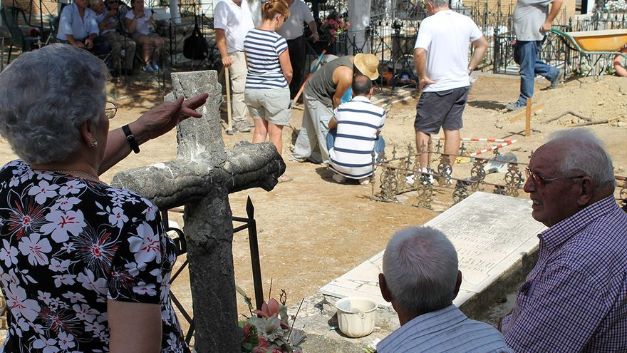 Familiares durante el trabajo arqueológico en el cementerio guadalcaceño. / J.M.B.