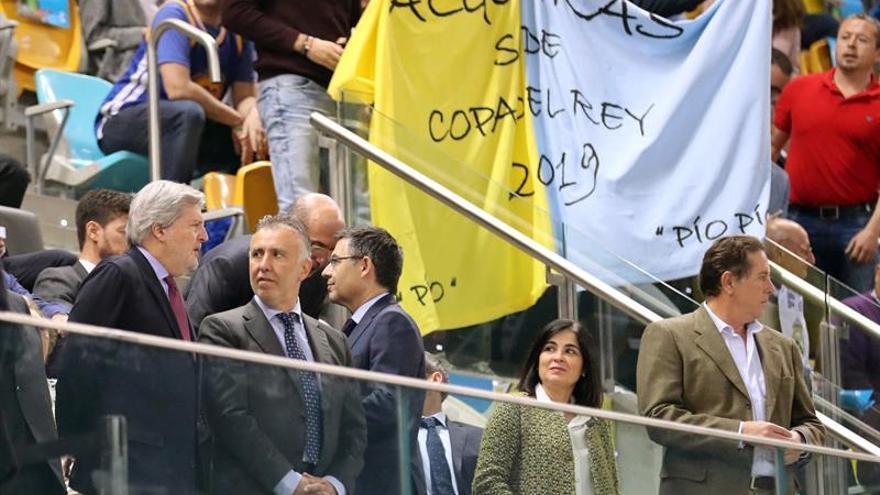 El ministro de Educacion, Cultura y Deportes, Iñigo Méndez de Vigo (i), junto a Ángel Víctor Torres, en el palco del Gran Canaria Arena durante la final de la Copa del Rey de baloncesto