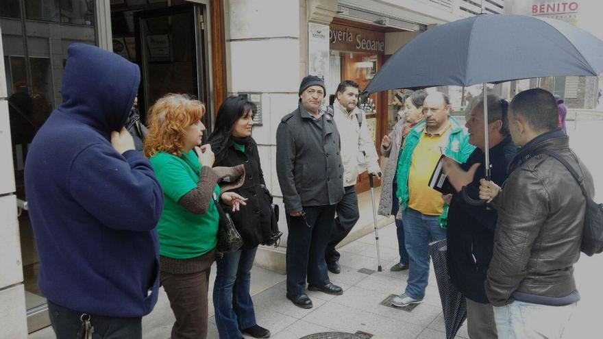 Miembros de la PAH antes de entrar a la reunión.
