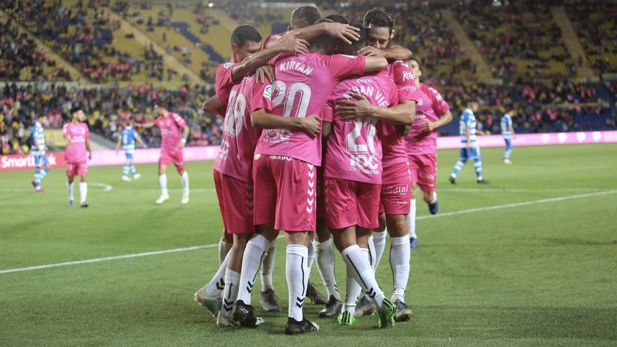 Los jugadores de la UD Las Palmas quieren celebrar su quinta victoria seguida