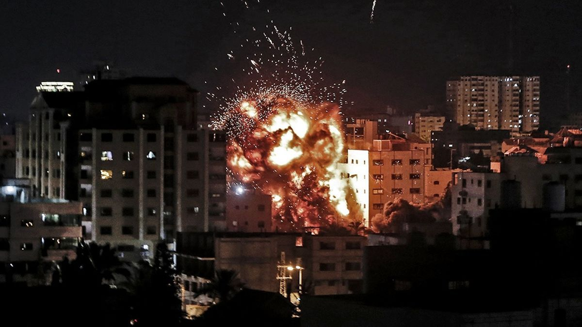 """Ya al lunes a la mañana, los bombardeos de Gaza habían sido a la vez más nutridos, menos discontinuos y más prolongados que en todo el día domingo. El premier israelí Benjamín Netanyahu anuncia que el ataque aéreo continuará """"a toda máquina""""."""