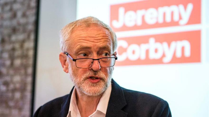 """Corbyn acusa a May de """"avivar el odio"""" contra los inmigrantes"""