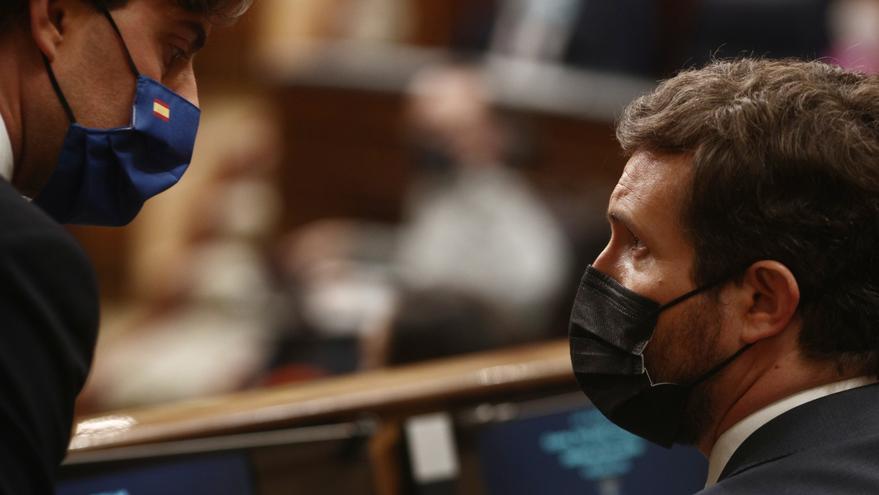 Archivo - El vicesecretario de comunicación del PP, Pablo Montesinos. conversa con el líder del PP, Pablo Casado, durante una sesión de control al Gobierno Central, a 21 de abril de 2021, en el Congreso de los Diputados, Madrid, (España).