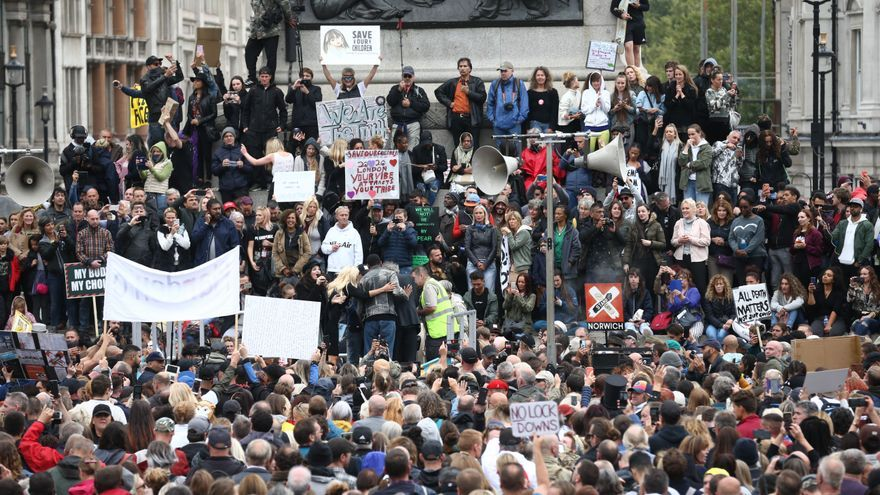 """Los manifestantes anticonfinamiento, que creen que la pandemia del coronavirus es un engaño, reunidos durante la manifestación """"Únete por la libertad"""" en Trafalgar Square."""
