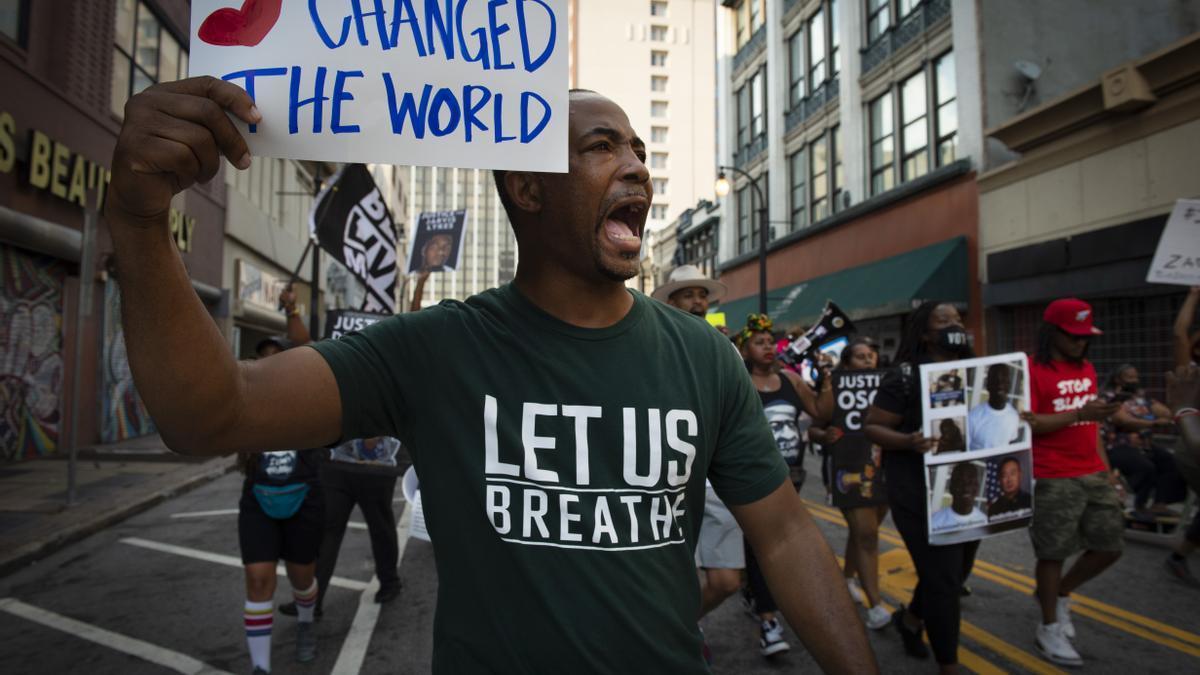 Manifestantes en una concentración en Atlanta en memoria de George Floyd en el primer aniversario de su asesinato.