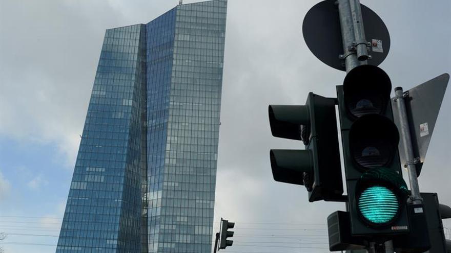 Existen riesgos a la baja para el crecimiento económico, según el BCE