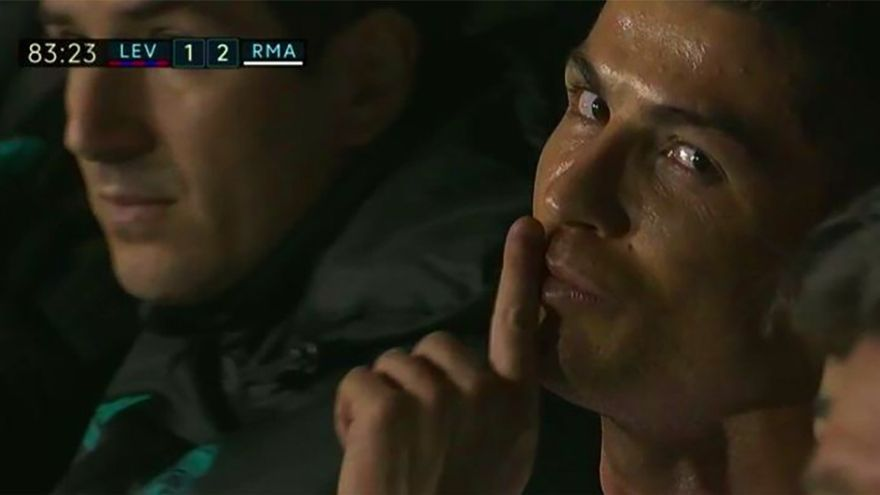 Cristiano Ronaldo increpa a un cámara de TV tras ser sustituido