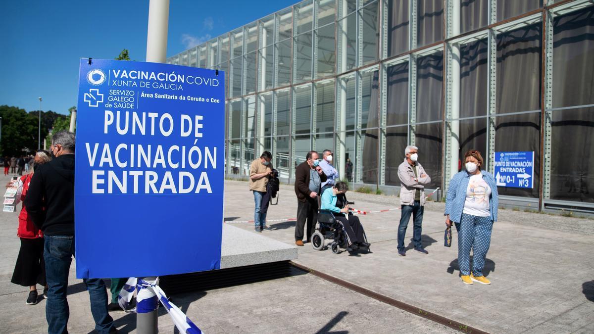 Varias personas hacen cola antes de entrar a vacunarse en ExpoCoruña en A Coruña.