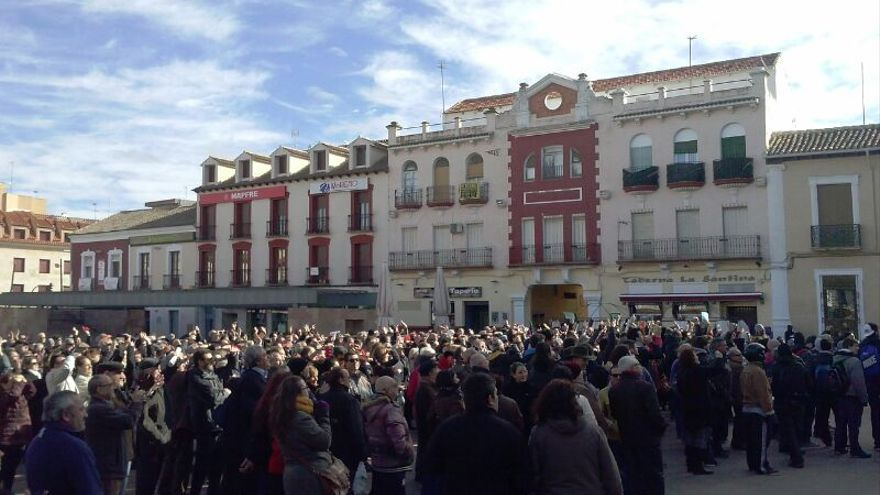 Los vecinos de Alcázar se concentran a las puertas del Ayuntamiento mientras el Pleno decide sobre la privatización del agua / Manuel Campos