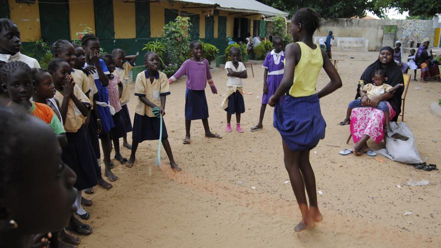 Niñas en Gambia jugando a la comba