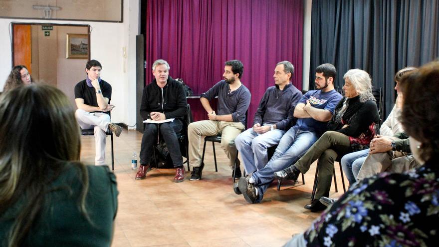 Pablo Estruga (i) y Germán Cano (junto al primero), durante la reunión del dirigente nacional de Podemos con el círculo de Argentina.