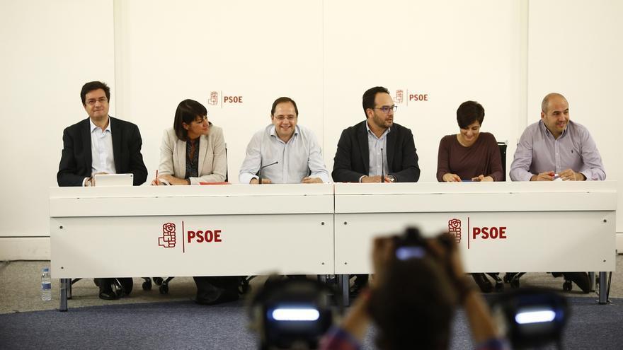 """El PSOE exige a Rajoy que acuda a los debates con todos los candidatos: """"No vale esconderse ni enviar a Soraya"""""""