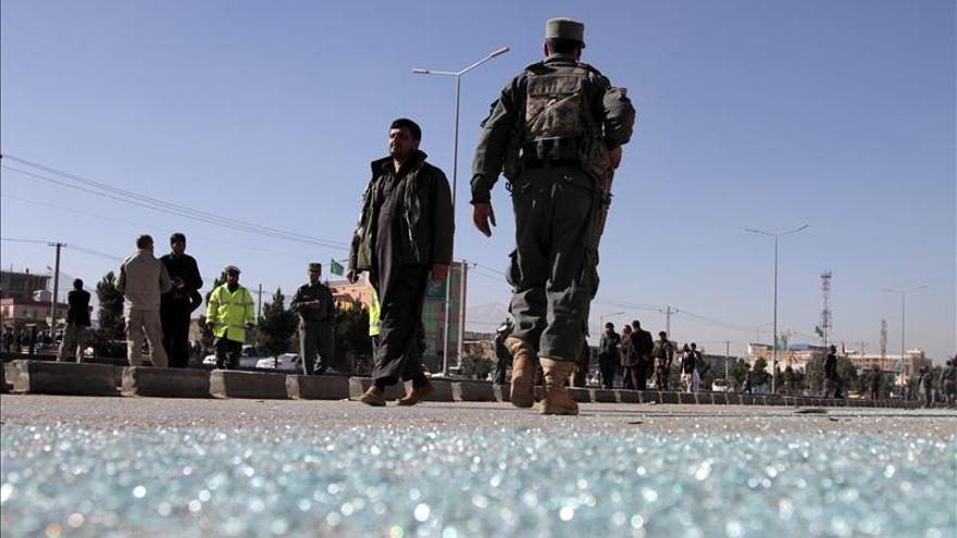 Mueren cinco afganos en un ataque a un vehículo diplomático británico en Kabul