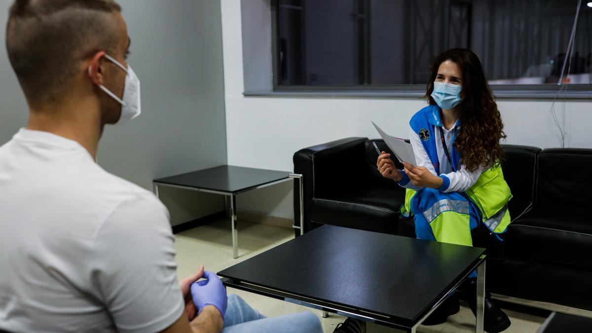 Una psicóloga especializada en pandemias atiende a un paciente en el hospital provisional de IFEMA