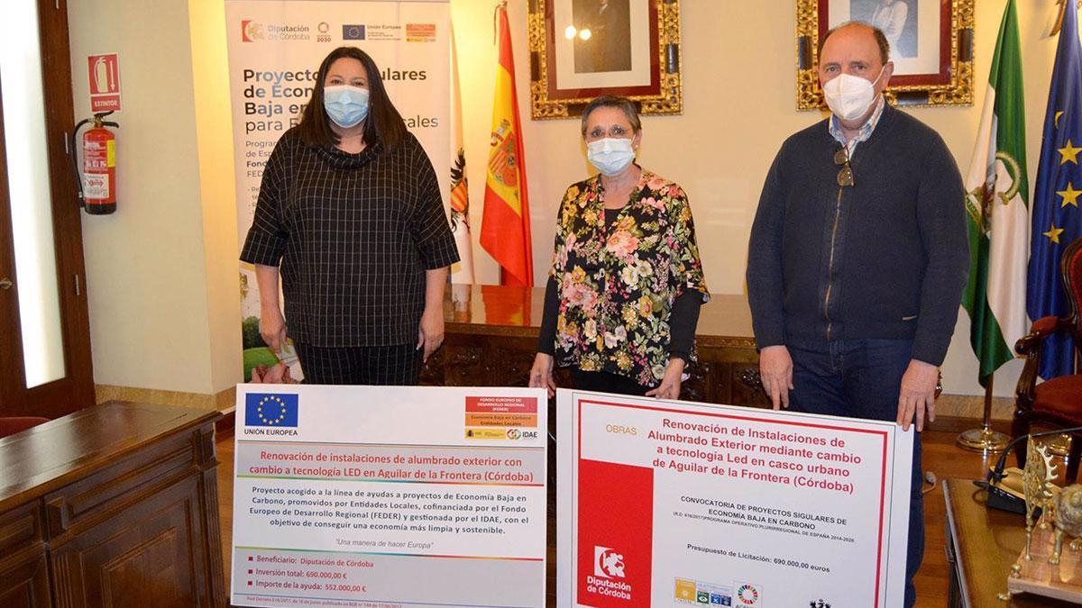 La delegada de Asistencia Económica con los Municipios y Mancomunidades de la Diputación de Córdoba, Dolores Amo (izda.), en su visita a Aguilar de la Frontera.