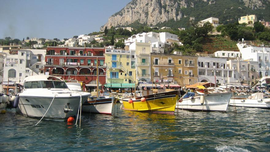 La isla de Capri tiene una población de unas 13.000 personas y se divide en dos municipios.