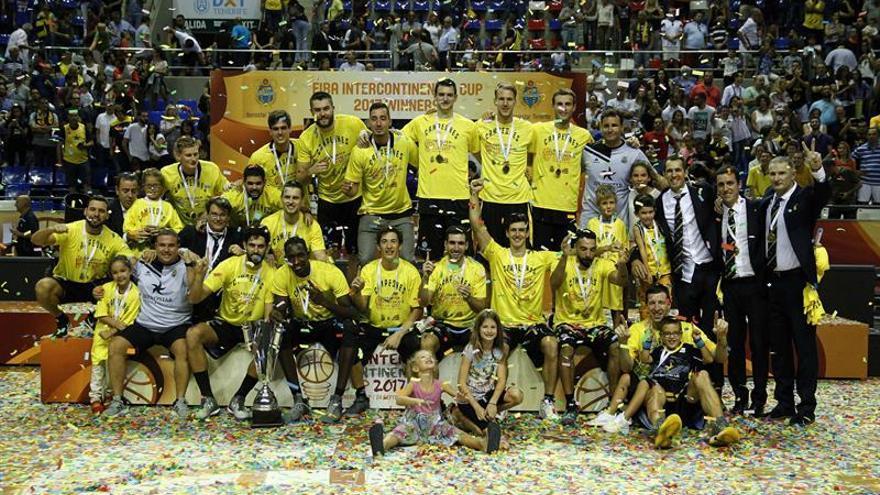 Los jugadores del Iberostar Tenerife celebran su victoria en la Copa Intercontinental. EFE/Cristóbal García