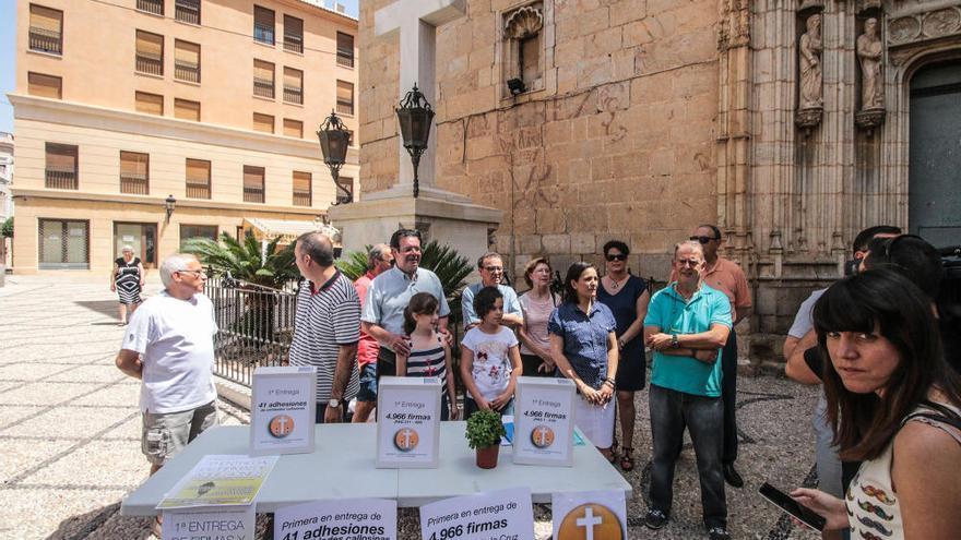 Un grupo de personas se concentró en Callosa para intentar impedir la retirada de símbolos franquistas