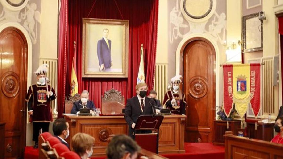 Un momento del pleno extraordinario celebrado este sábado en el Ayuntamiento de Badajoz.