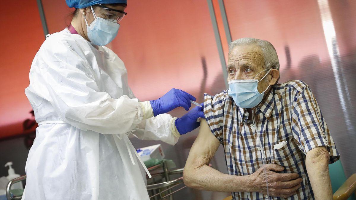 Nicanor, de 72 años, el primer vacunado de Madrid