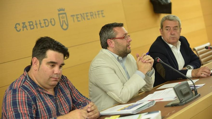 El consejero de Política Territorial, Miguel Ángel Pérez (c) durante la reunión de la Mesa de Energías Renovables