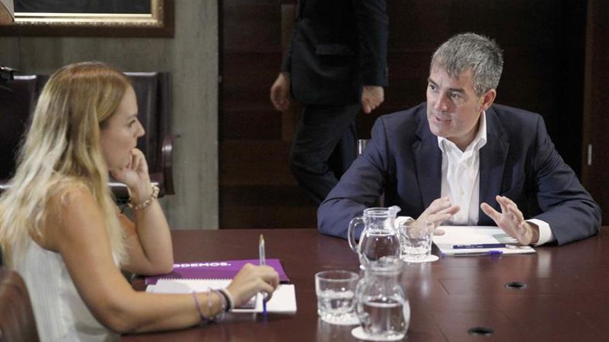 El presidente del Gobierno de Canarias, Fernando Clavijo, se reunió con la portavoz del grupo Parlamentario Podemos, Noemí Santana,para hablar de la Ley de Presupuestos.
