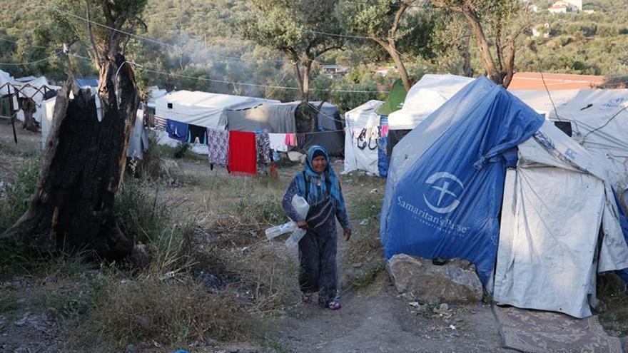 Imagen de archivo. Una mujer refugiada camina en el campamento de refugiados de Moria, en la isla de Lesbos (Grecia).