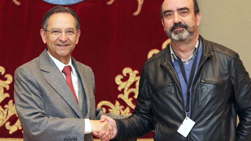El presidente del Parlamento de Canarias, Antonio Castro, y el presidente de la Academia Canaria de la Lengua, Gonzalo Ortega, firman un convenio para el asesoramiento en cuestiones lingüísticas