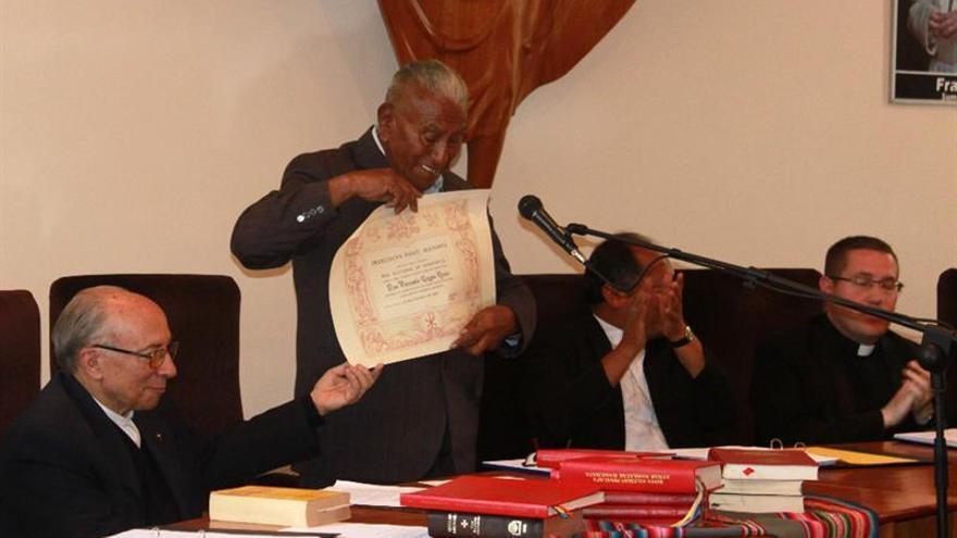 El papa condecora a boliviano por traducir al aimara textos litúrgicos