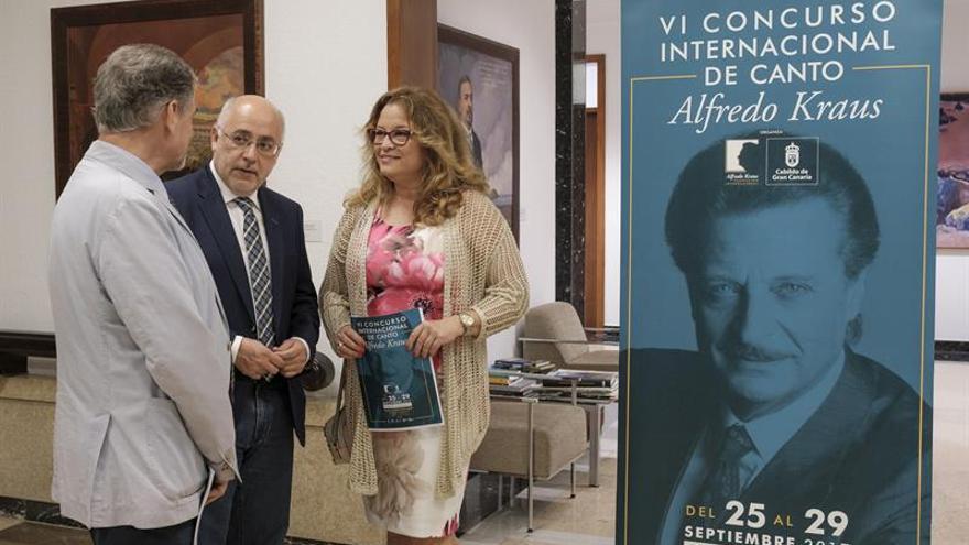 El presidente del Cabildo de Gran Canaria, Antonio Morales (c), la presidenta de la Fundación Alfredo Kraus, Rosa Kraus, y el consejero de Presidencia, Pedro Justo Jorge