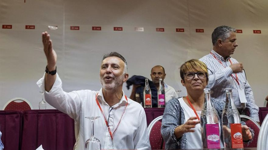 Ángel Víctor Torres y Elena Máñez. (EFE/Ángel Medina)