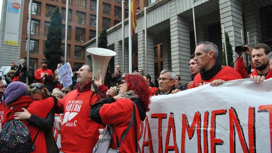 Los portavoces de la asociación de afectados leen un manifiesto a las puertas del Ministerio de Sanidad en Madrid. \ M.D.