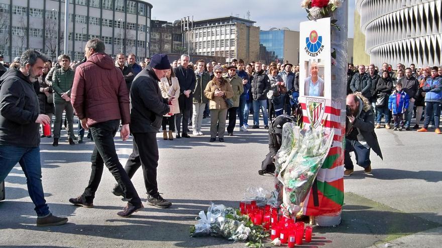 Cientos de personas se concentran en Bilbao en repulsa de los incidentes del jueves y recuerdan al ertzaina fallecido