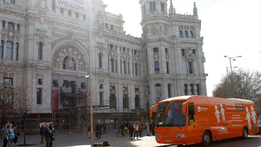 Juez archiva la denuncia de HazteOir contra Carmena por inmovilizar su autobús