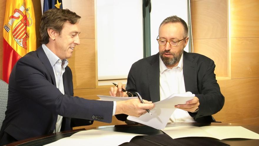 Rafael Hernando y Juan Carlos Girauta firman el acuerdo que abre las negociaciones para la investidura de Rajoy / Congreso