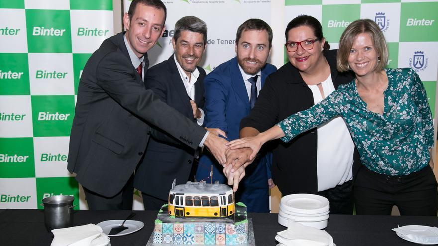 Tarta de celebración en Los Rodeos, con los consejeros Isaac Castellano, de Canarias, y Alberto Bernabé, del Cabildo tinerfeño
