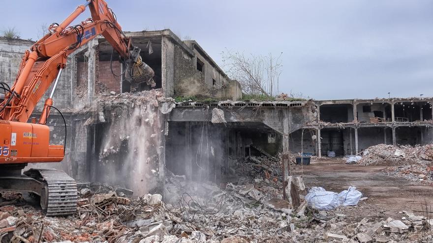 En marcha el derribo de una nave en ruina en Antonio López