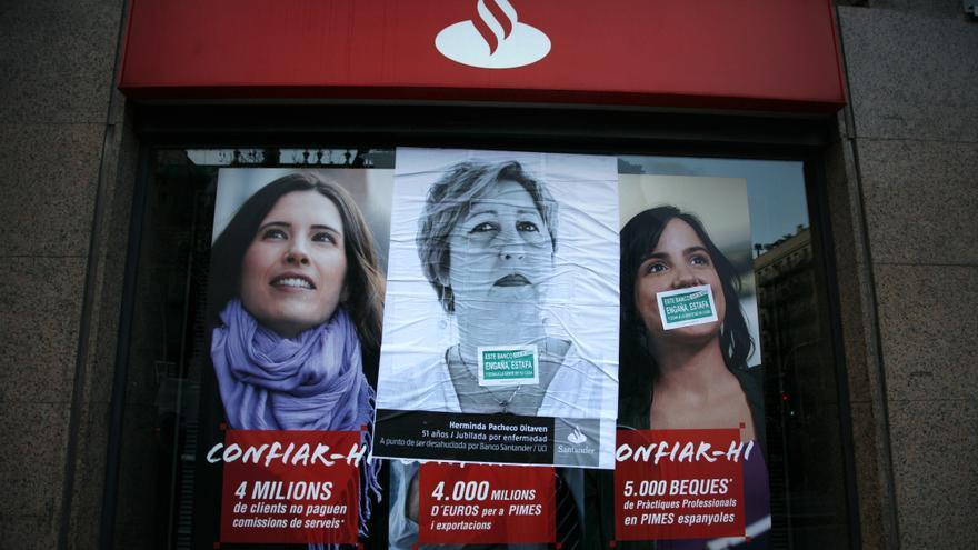 Cartel de protesta ante una sucursal del Banco Santander