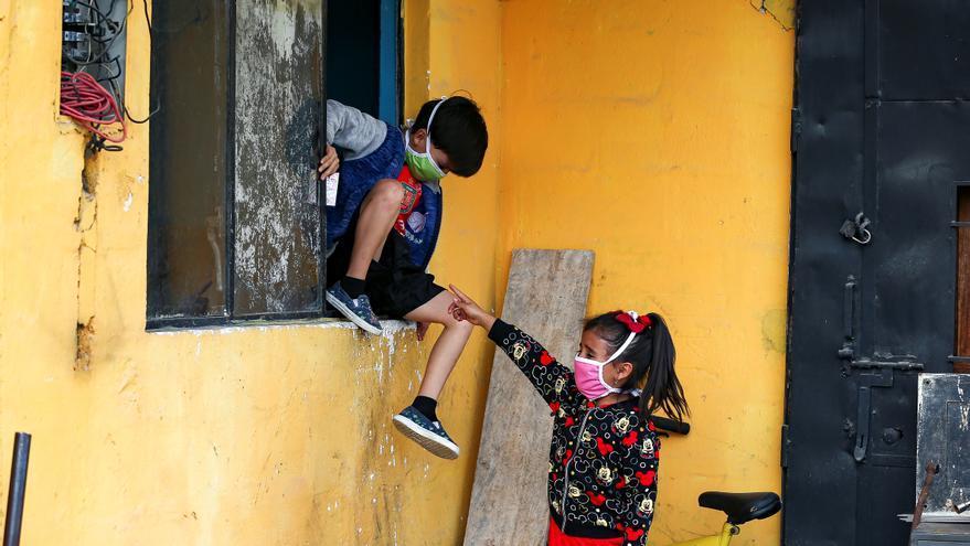 Unos dos millones de alumnos en Ecuador inician clases en línea y alternativas