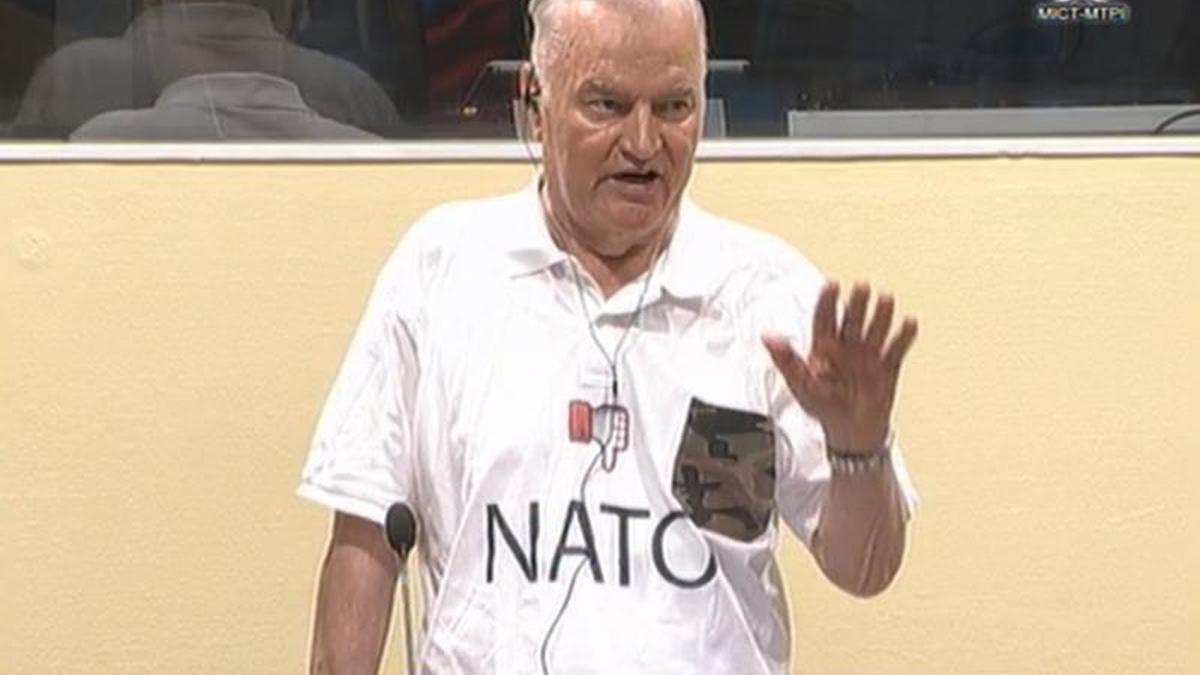Mladic comparece ante la justicia internacional en 2020 con una camiseta anti-OTAN
