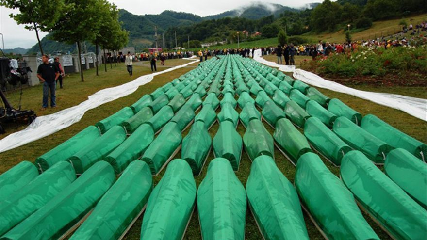 Funeral en 2007 de 465 bosnios identificados que fueron asesinados en Srebrenica / GNU Free Documentation License.