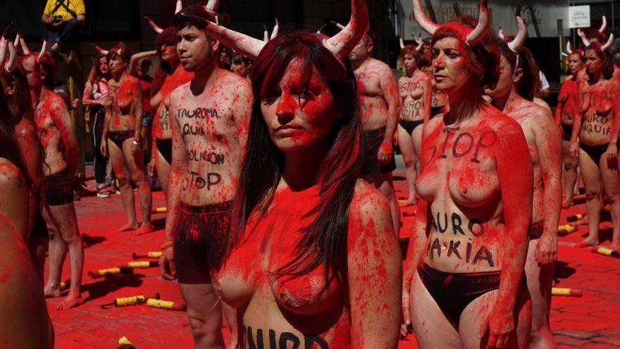 Cientos de personas se manifiestan por un San Fermín sin sangre.