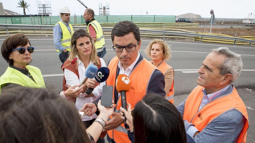 El consejero de Obras Públicas, Pablo Rodríguez supervisa las obras de la IV fase de la circunvalación junto a la directora general de cultura, Aurora Moreno.
