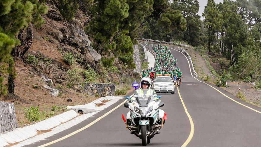 Un agente de la Guadia Civil de Tráfico abriendo la  marcha de cicloturismo 'Safe Bike La Palma'.