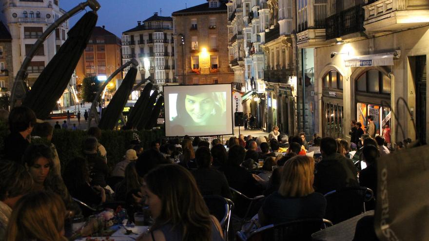 Celebración de un evento cultural en una terraza de un establecimiento del centro de Vitoria.