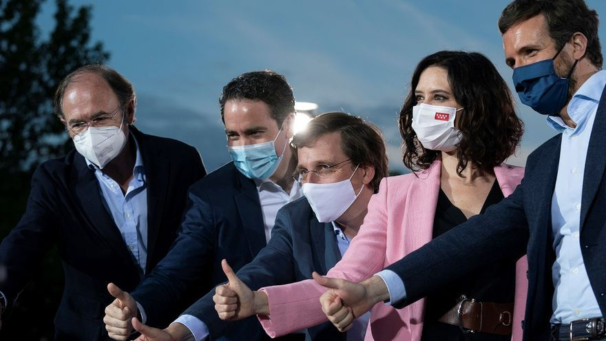 Isabel Díaz Ayuso (2d), acompañada por Pablo Casado (d), José Luis Martínez-Almeida (c), Pio García Escudero (i) y Teodoro García Egea (2i), durante el acto de cierre de campaña.
