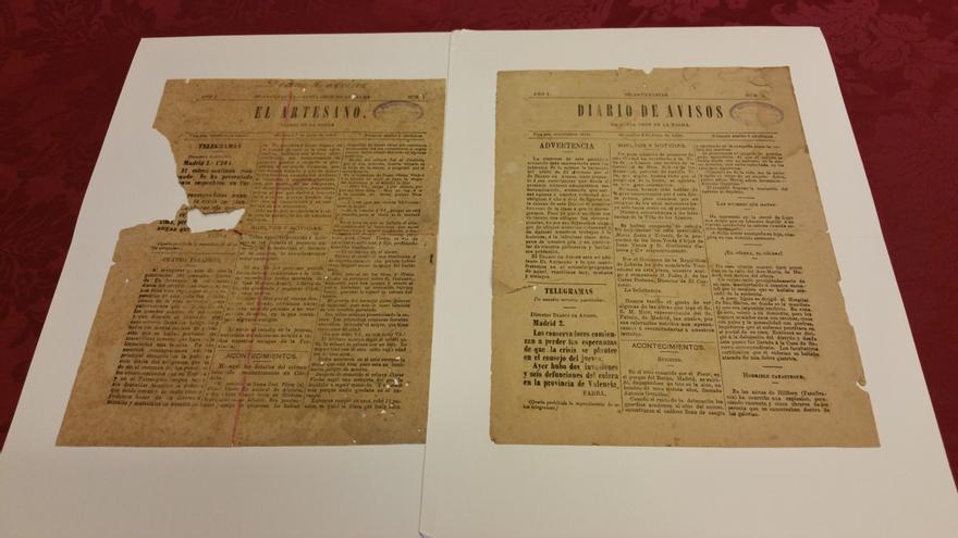 En la imagen, el ejemplar de El Artesano (i) y del Diario de Avisos. Foto: LUZ RODRÍGUEZ.