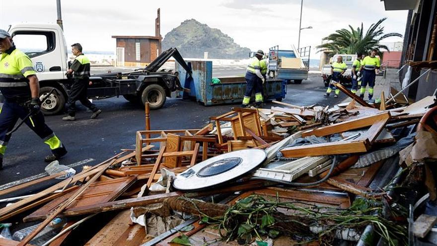 Personal del Ayuntamiento de Garchico colabora en las tareas de desescombro tras el fenómeno costero que azotó la localidad